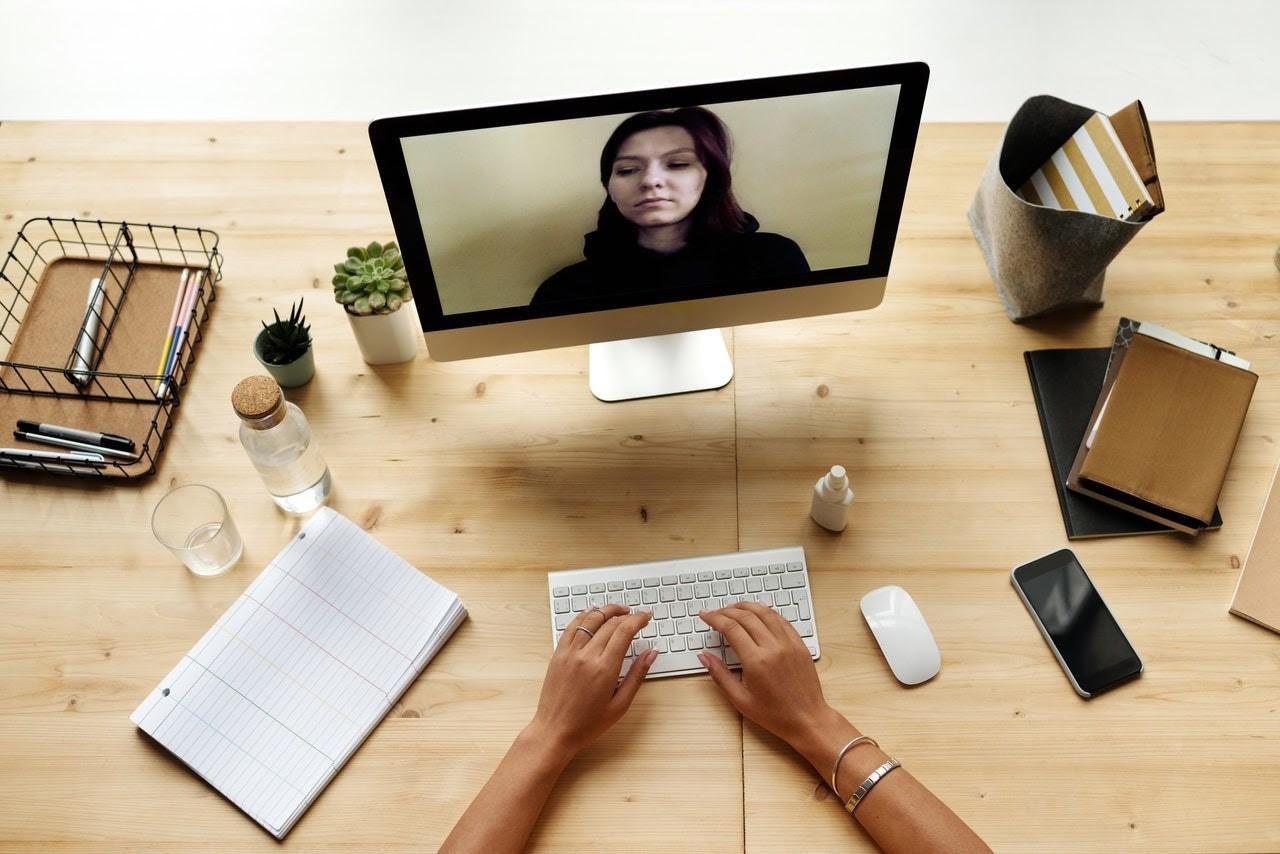 Amenajarea biroului de acasă: ce obiecte nu trebuie să-ți lipsească?